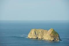 Scogliera nel mare vicino alla costa del Pacifico di Quepos in Costa Rica Fotografia Stock