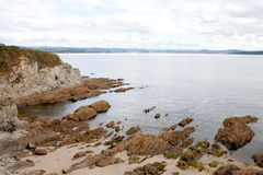 Scogliera piacevole nella costa spagnola Fotografia Stock