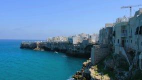 Scogliera Polignano del villaggio del mare una giumenta - Bari - Puglia - Italia video d archivio