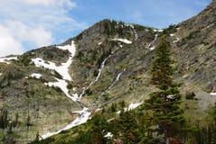 Scogliera ripida della montagna della neve fotografia stock libera da diritti