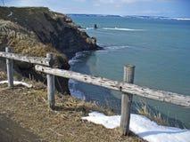 Scogliera ripida sul litorale di mare Immagini Stock Libere da Diritti