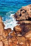 Scogliera, rocce e mare Immagini Stock