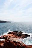 Scogliera rocciosa del mare, spazio per testo sulla cima Fotografia Stock