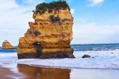 Scogliera rocciosa di Praia Dona Ana a Lagos, Portogallo Fotografie Stock Libere da Diritti