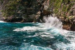 Scogliera rocciosa, spruzzando le onde e bello mare Fotografie Stock Libere da Diritti