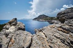 Scogliera rocciosa sull'isola del litorale fotografia stock