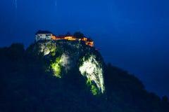 Scogliera sanguinata del castello alla notte Immagini Stock