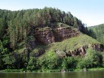 Scogliera sopra il fiume Fotografie Stock Libere da Diritti