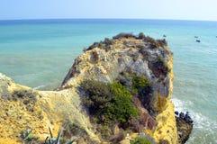 Scogliera spettacolare sulla spiaggia di Senhora Da Rocha Fotografia Stock