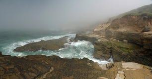 Scogliera splendida nella nebbia sul litorale della California Fotografie Stock
