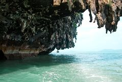 Scogliera sporgentesi sopra il mare Fotografia Stock