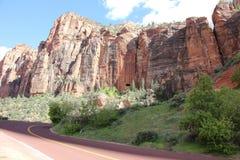Scogliera su una strada in Zion National Park Fotografia Stock Libera da Diritti
