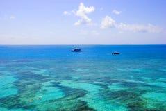 Scogliera tropicale e navigare usando una presa d'aria fotografie stock libere da diritti