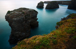 Scogliere alla costa dell'Oceano Atlantico della Spagna nella penombra Fotografia Stock