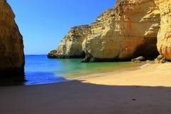 Scogliere alla costa di Algarve, Portogallo Fotografia Stock