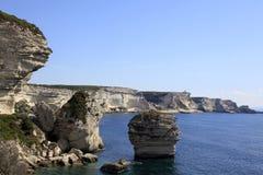 Scogliere bianche lungo la costa di Bonifacio, isola di Corsica del sud, Francia Fotografie Stock Libere da Diritti