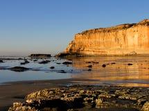Scogliere con le riflessioni di sera alla spiaggia di condizione dei pini di Torrey, La Jolla, California Immagini Stock