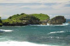 Scogliere dalla spiaggia di Watu Karung Fotografia Stock