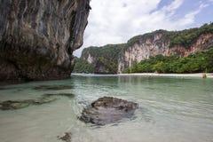 Scogliere del calcare, sabbia bianca e chiara acqua a Hong Islands, provincia di Krabi, Tailandia del sud Fotografia Stock Libera da Diritti