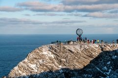 Scogliere del capo del nord: la grande sfera metallica famosa fotografia stock