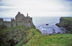 Scogliere del castello di Dunluce Immagini Stock