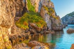 Scogliere del mar Mediterraneo a Cales Coves al tramonto fotografie stock libere da diritti