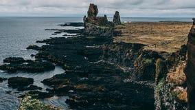 Scogliere del mare della costa ovest della penisola di Snaefellsnes bella scogliera islandese pittoresca della costa con la pietr fotografia stock libera da diritti