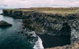 Scogliere del mare della costa ovest della penisola di Snaefellsnes bella scogliera islandese pittoresca della costa con la pietr immagini stock libere da diritti