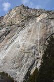 Scogliere dell'aumento del granito dal fondo valle nel PA nazionale di Yosemite immagine stock