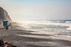 Scogliere della montagna di vista sul mare dell'oceano fotografie stock libere da diritti