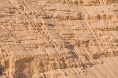 Scogliere della sabbia nel fondo industriale della cava Fotografie Stock