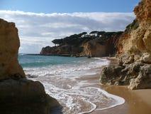 Scogliere della spiaggia del Algarve Immagini Stock