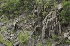 Scogliere di pietra in foresta alla diga di Bhumibol a Tak, Tailandia Fotografia Stock Libera da Diritti
