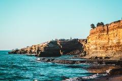 Scogliere di tramonto a San Diego, California fotografie stock