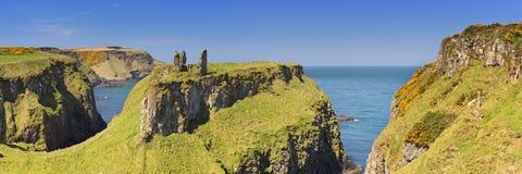 Scogliere e castello di Dunseverick in Irlanda del Nord Fotografie Stock Libere da Diritti