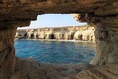 Scogliere e caverne del mare Fotografia Stock
