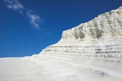 Scogliere e cielo blu bianchi Immagine Stock