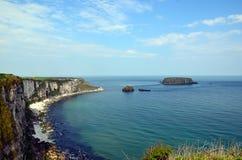 Scogliere e linea della costa di Irlanda non lontano da Dublino Fotografia Stock Libera da Diritti