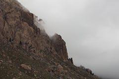 Scogliere e nuvole basse sulla montagna della valle del pino immagini stock libere da diritti
