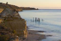Scogliere e rovine del molo - porto Willunga, SA - ora dorata Fotografia Stock
