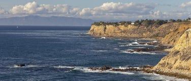 Scogliere e spiaggia lungo la linea costiera dell'oceano Pacifico Fotografie Stock