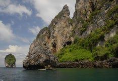 Scogliere litoranee dell'isola di Phi di Phi in Tailandia Immagine Stock Libera da Diritti