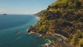 Scogliere, mare ed onde di vista sul mare a Bali, Indonesia archivi video