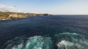 Scogliere, mare ed onde di vista sul mare a Nusa Penida, Bali, Indonesia Immagine Stock Libera da Diritti