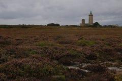 Scogliere nordiche fredde ed il mare celtico con un faro in Bretagna francese immagini stock