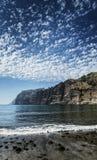 Scogliere punto di riferimento e spiaggia dei gigantes di Los in Tenerife spagna immagini stock libere da diritti