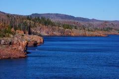 Scogliere rocciose che trascurano il lago Superiore Fotografia Stock