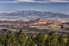 Scogliere rosse della roccia e Henry Mountains Fotografie Stock