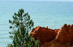 Scogliere rosse della sabbia sulla spiaggia nel Portogallo Immagini Stock