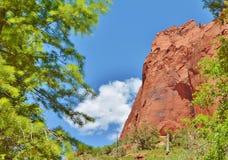 Scogliere rosse incorniciate da un cielo blu Fotografia Stock